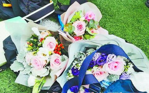 操场上的毕业捧花。