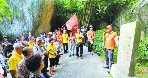 6月24日,参加郑成功文化节的嘉宾在植物园追寻郑成功文化史迹。