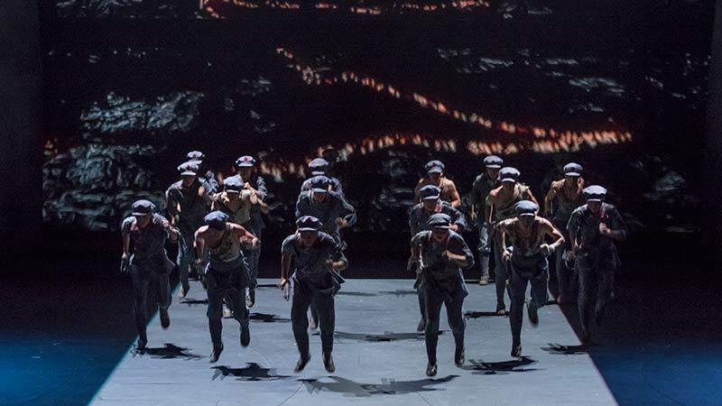 泸定桥场景中惊心动魄、力量十足的舞蹈表演同样给观众留下了深刻印象