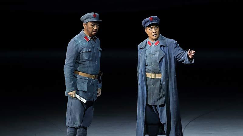 拥有四十余年军龄和歌唱生涯的歌唱家阎维文对彭政委这一角色的塑造可谓深入人心