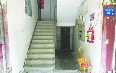小区不少楼道防盗门还没装上,存在安全隐患。