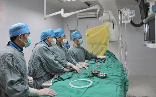 姜卫剑率团队做临床实验