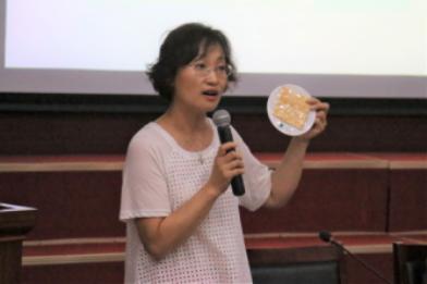 邓春霞医生在为准妈妈们讲解孕期营养摄入