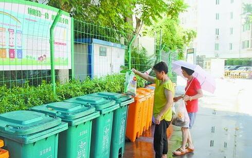 """恒通花园""""高楼撤桶""""后,大部分居民都养成了在楼下定点投放垃圾的习惯。"""