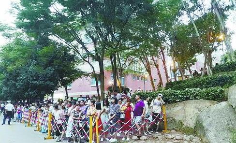 傍晚6点半至7点在芙蓉隧道外排队的人群。