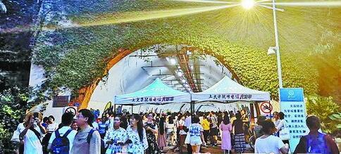 夜晚七点的芙蓉隧道口,游客排起了长队。
