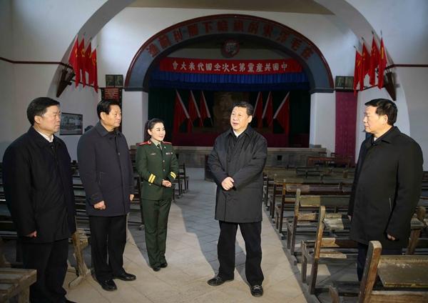 2015年2月14日,在陕西考察调研的习近平来到延安杨家岭,瞻仰中共七大会址。
