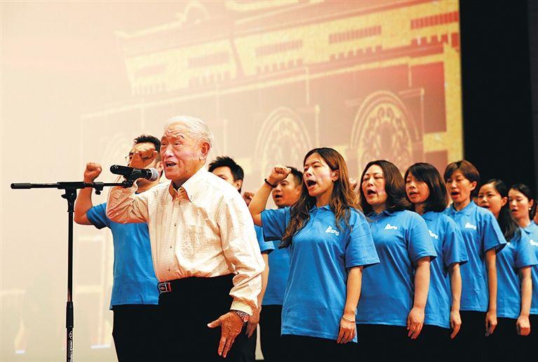 牛犇庄严宣誓,加入中国共产党。   新华社记者 任 珑摄
