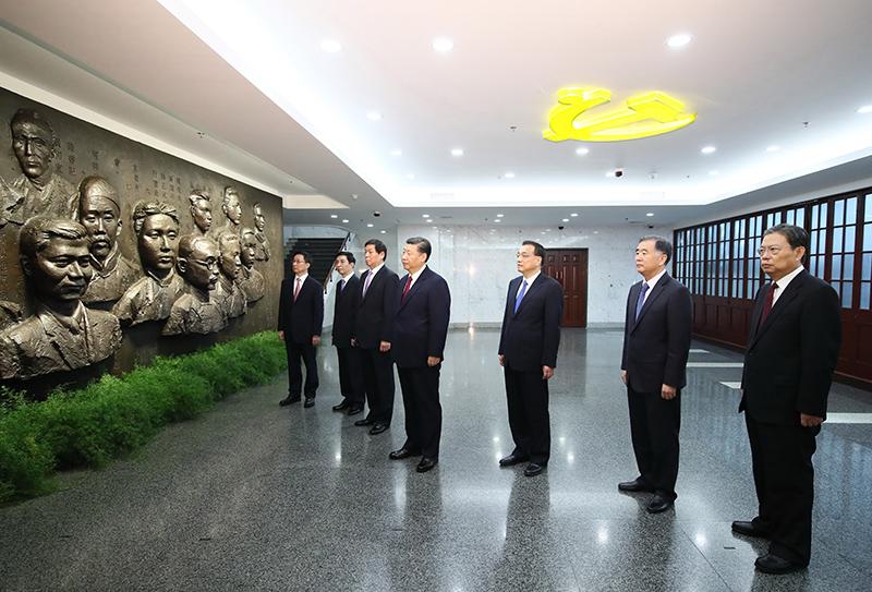10月31日上午,党的十九大闭幕仅一周,习近平和李克强、栗战书、汪洋、王沪宁、赵乐际、韩正,从北京乘专机来到上海,到兴业路76号集体瞻仰中共一大会址。