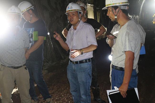 徐有亮(中)在隧洞里检查工作