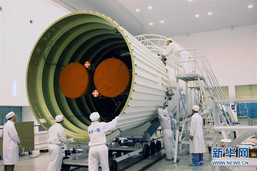 在西昌卫星发射中心总装车间,科研人员正在对尾裙(2009年8月11日摄)。新华社发(航天科技集团第一研究院供图)