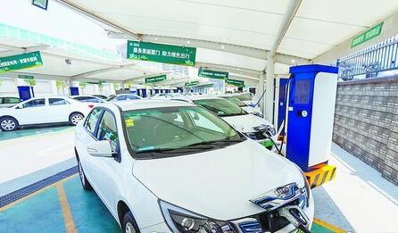 厦门电动汽车充电桩数量位居全省第一。图为电动汽车正在充电。