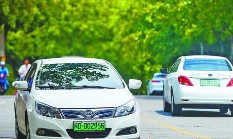 厦门街头,挂上绿色车牌的电动汽车越来越多。