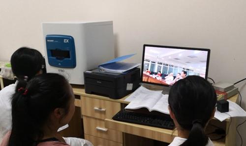 云南省文山市人民医院病理科医生在科室观看现场直播