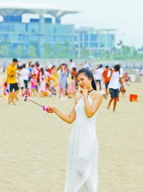 昨日傍晚暑气渐消,不少市民游客来到会展海边游玩