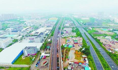 整治前    经过深入整治提升,铁路沿线杏滨辖区康城锦园段展新颜
