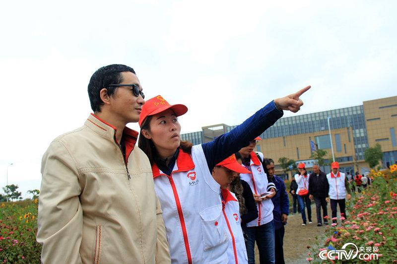 红领之家志愿者带盲人开展户外活动。(资料图片)