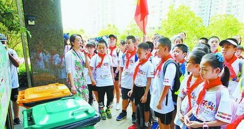 青年干部、学生代表在垃圾分类示范小区瑞景公园参观学习