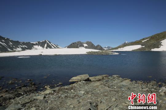 在蓝天映衬下湖水如蓝色镜面。 刘是何 摄