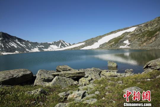 湖泊是一处理想的避暑天堂。 刘是何 摄