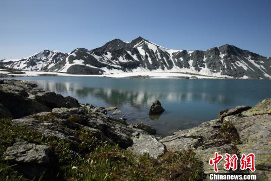 """新疆阿勒泰高山""""藏""""湖白雪相映美不胜收"""
