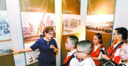 小记者参观经济特区纪念馆