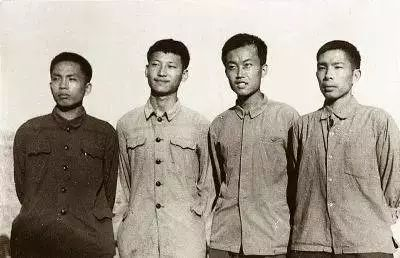 1973年,习近平和延川县北京知青雷平生(左一)、陶海粟(右二)、雷榕生(右一)在延川。(来源:《学习时报》)