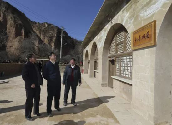 1970年,生产队专门修建了6孔知青窑洞。习近平就搬到了那里,直到1975年离开。图为2015年习近平到陕西考察调研。(来源:新华社)