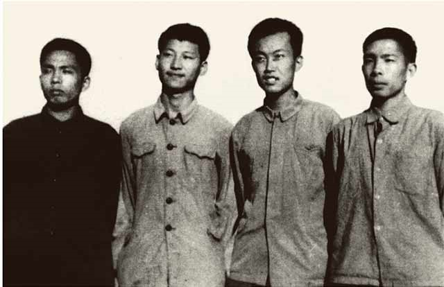 1973年上山下乡时期,习近平(左二)在陕西延川县。来源:新华社