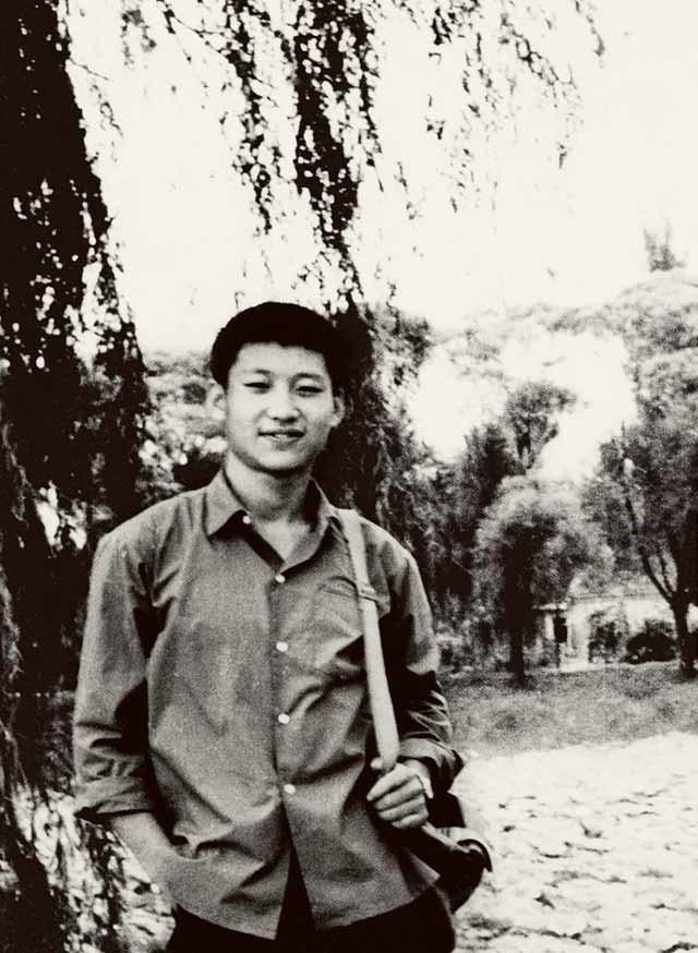 这是1972年,插队回京探亲时的习近平。来源:新华社