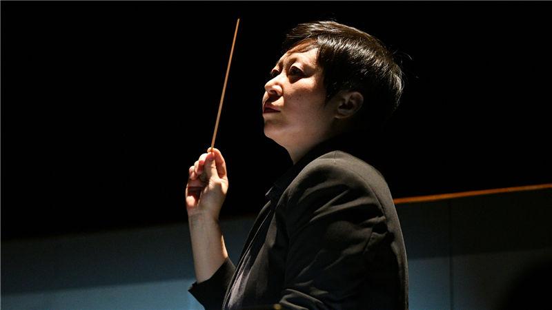 """指挥家张弦将歌剧《长征》中音乐旋律的""""丰富""""展现到了极致(彩排) 凌风/摄"""