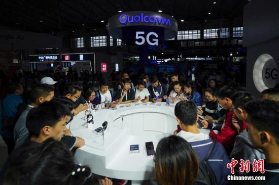 5月27日,参观者在高通展台感受5G上网体验。中新社记者 贺俊怡 摄