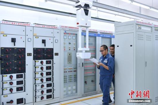 资料图:昆明供电局在室内安装了轨道式巡维机器人做帮手。中新社记者 任东 摄