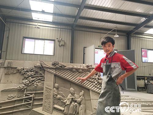郭宏杰在学习如何雕刻人物。