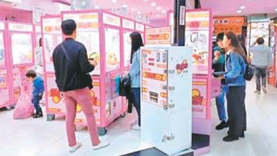 """夹娃娃机在台湾街头随处可见,俨然""""霸街""""。 (资料图片)"""
