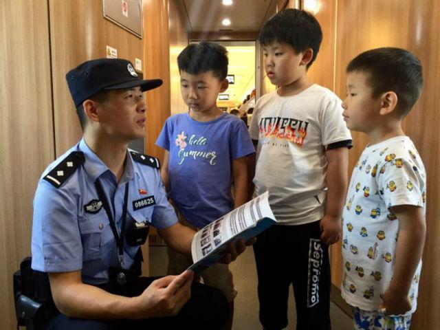 ↑列车乘警向小朋友宣传安全乘车常识。
