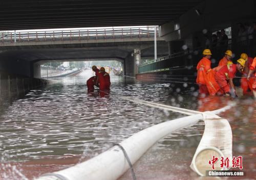 7月16日,受北京暴雨影响,昌平回龙观地区部分路口、路段出现不同程度积水。中新社记者 贾天勇 摄