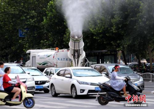 """7月17日,河南郑州,郑州出动""""炮车""""街头喷雾降温。中新社记者 王中举 摄"""