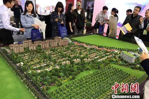 资料图:民众在2017年北京春季房展会上的某楼盘展台咨询。中新网程春雨 摄