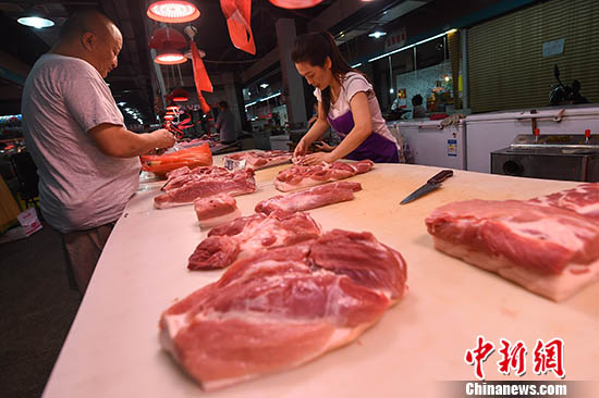 山西太原,民众在菜市场选购猪肉。中新社记者 武俊杰 摄