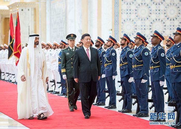 7月20日,阿联酋阿布扎比王储穆罕默德和副总统兼总理穆罕默德在总统府大厅共同举行隆重盛大仪式,欢迎国家主席习近平对阿联酋进行国事访问。这是习近平在穆罕默德王储陪同下检阅仪仗队。 新华社记者李学仁摄