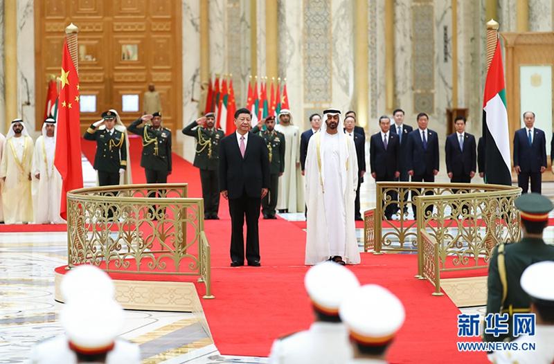 7月20日,阿联酋阿布扎比王储穆罕默德和副总统兼总理穆罕默德在总统府大厅共同举行隆重盛大仪式,欢迎国家主席习近平对阿联酋进行国事访问。这是习近平和穆罕默德王储一同登上检阅台。 新华社记者谢环驰摄