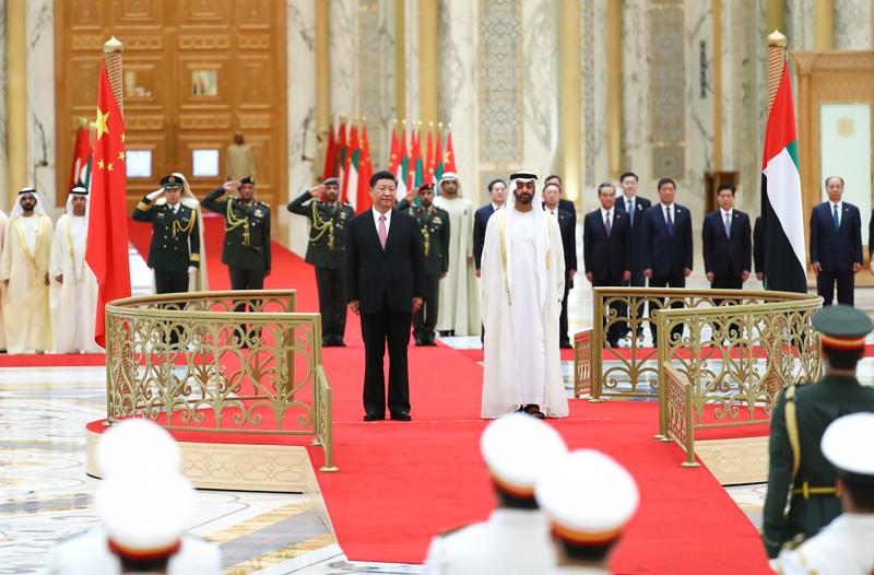 7月20日,阿联酋阿布扎比王储穆罕默德和副总统兼总理穆罕默德在总统府大厅共同举行隆重盛大仪式,欢迎国家主席习近平对阿联酋进行国事访问。这是习近平和穆罕默德王储一同登上检阅台。新华社记者 谢环驰 摄