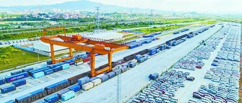 """在厦门国际物流港商品车集散基地,大量商品车如""""沙场点兵""""般排列,场面恢宏。"""