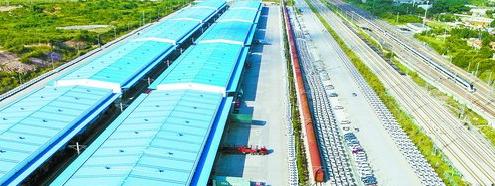 """厦门国际物流港积极发展""""铁路+陆路""""""""铁路+海运""""的多式联运,加快商品车流转效率。"""