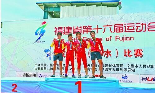获得皮划艇三金的厦门队四名选手郑志彬、刘靖坤、王泽文和庄楷淞(从左至右)一同站到领奖台上合影。