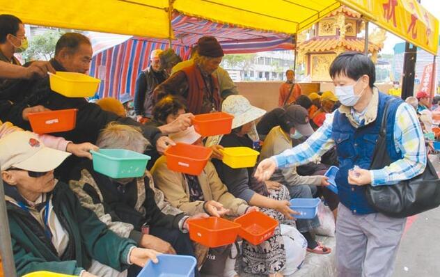 台湾地区贫富差距扩大,有钱人一掷千金,但穷人需努力求温饱。(图片来自台媒)
