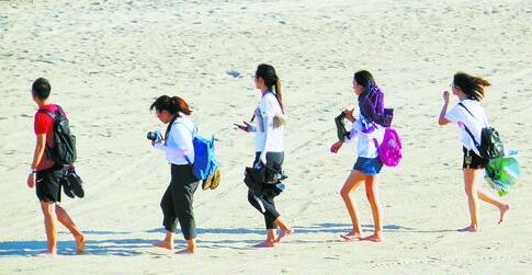 连日来天气酷热,市民游客纷纷到海滩消暑。