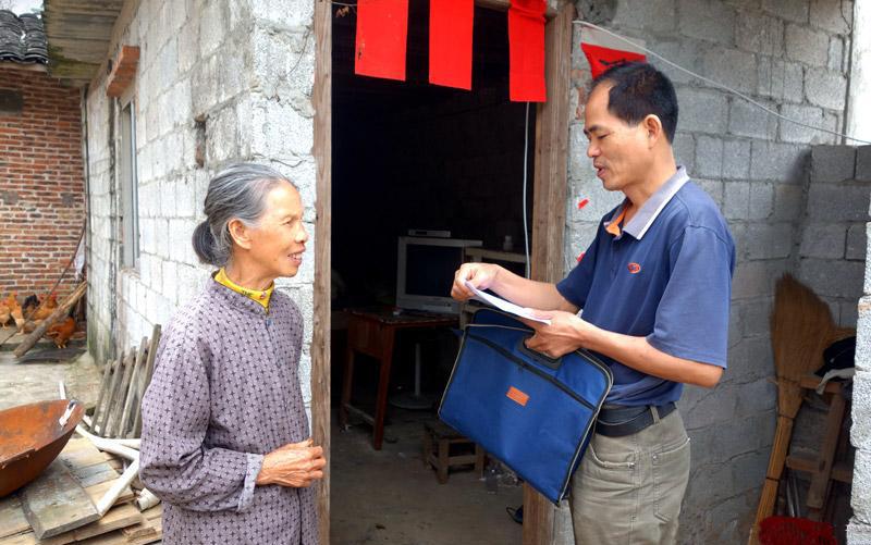 冯文林了解帮扶贫困户的生活情况