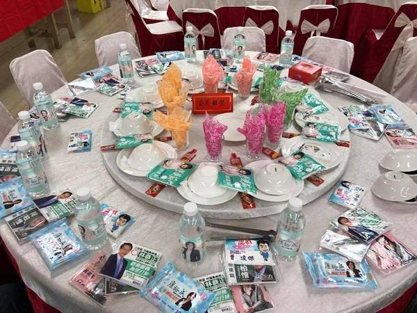网友出席宴请,看见餐桌上摆满市议员候选人的竞选面纸和矿泉水,让他非常傻眼。
